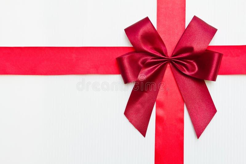 тесемка красного цвета подарка стоковая фотография rf