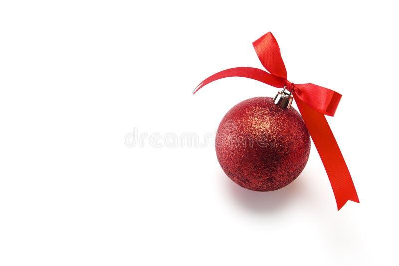 тесемка красного цвета рождества смычка шарика стоковое фото