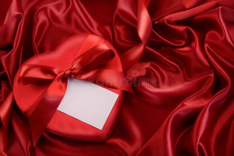 тесемка красного цвета шоколада коробки стоковая фотография