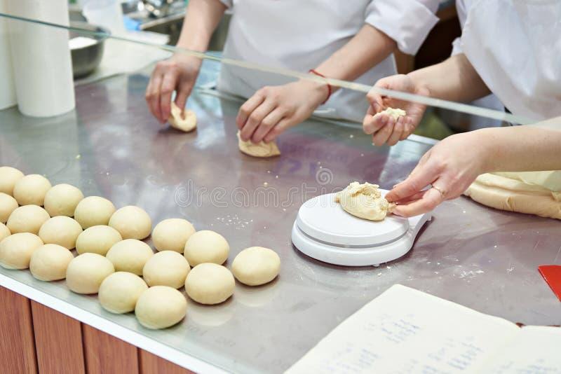Тесто кашевара хлебопеков кондитеров для плюшек стоковое изображение