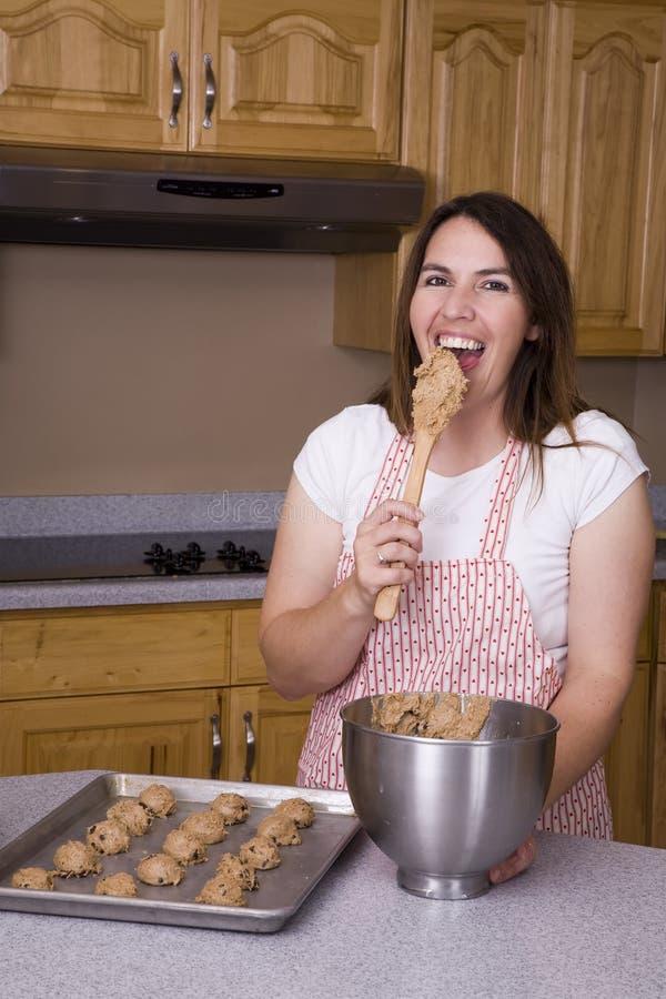 тесто печенья есть женщину стоковые изображения rf