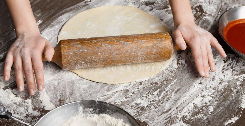 Тесто шеф-повара свертывая для круглой пиццы, крупного плана стоковые фотографии rf