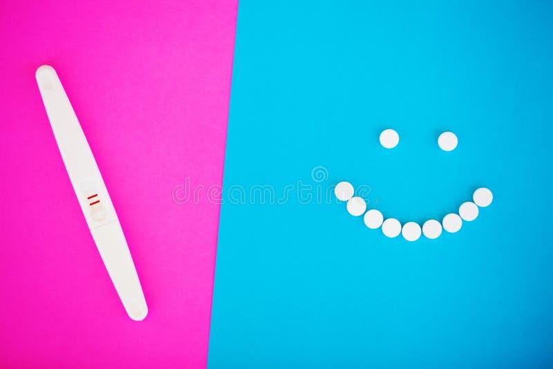 Тест на беременность результат положителен с 2 прокладками Обработка неплодородности с пилюльками, помощи в понимать ребенка стоковые изображения