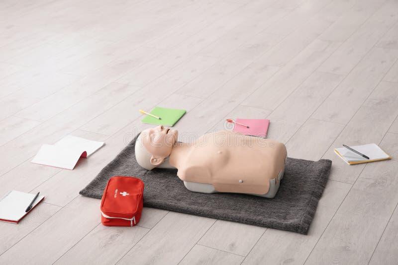 Тетради, манекен скорой помощи и сумка стоковое фото rf