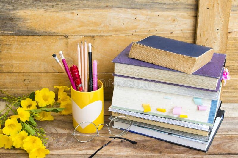 Тетрадь, английский язык словаря и вся книга для исследования стоковое фото rf