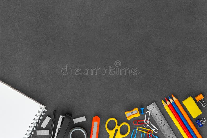 Тетрадь бумаги Blanck белая спиральная с ножницами, сшивателем, ножом резца, бумажными комками, и другими канцелярскими принадлеж стоковые изображения rf