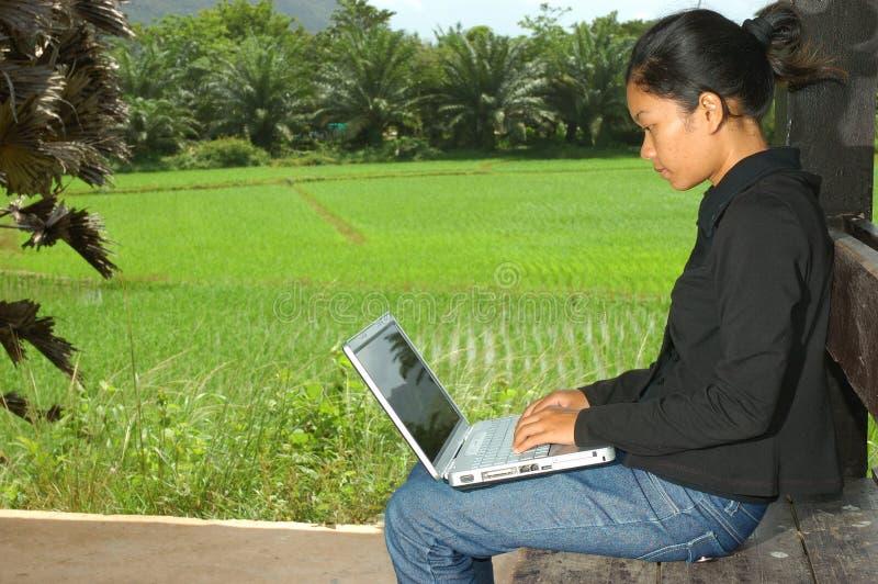 тетрадь девушки компьютера снаружи используя стоковые изображения rf