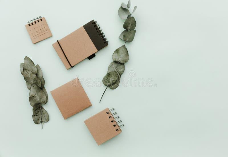 Тетрадь ремесла Положение современного пастельного битника плоское с зелеными листьями стоковое изображение