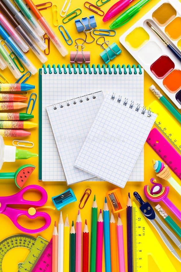 Тетрадь школы и различные канцелярские принадлежности r стоковые фото