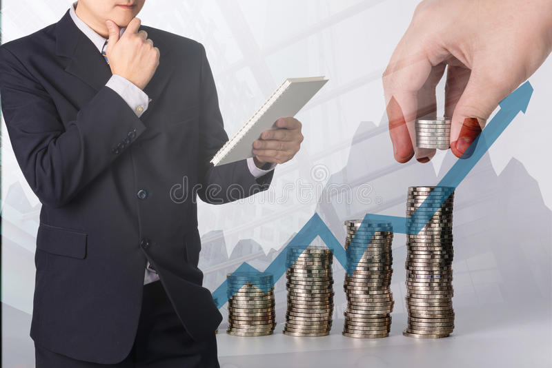 Тетрадь или фаил документа чтения бизнесмена двойной экспозиции уверенно азиатские стоковое изображение rf