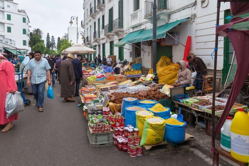 ТЕТУАН, МОРОККО - 24 МАЯ 2017 ГОДА: Вид старого продовольственного рынка в исторической части Тетуана стоковые фото