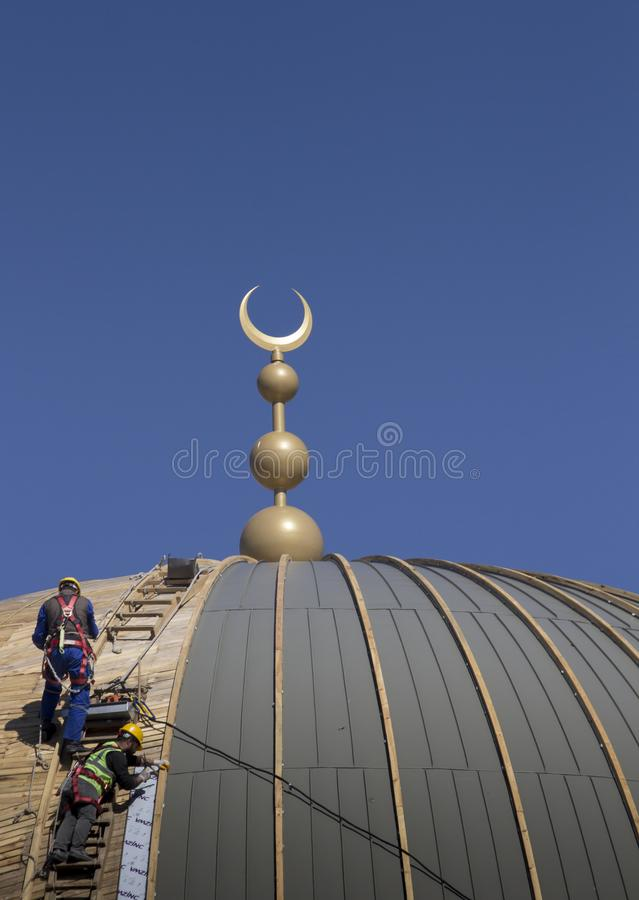 2 техника проверяя форма-опалубку купола конструкции мечети Taksim стоковая фотография rf