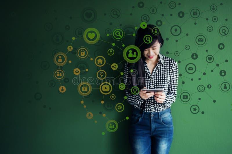 Техника связи на ежедневной жизни через умную концепцию телефона, стоковая фотография