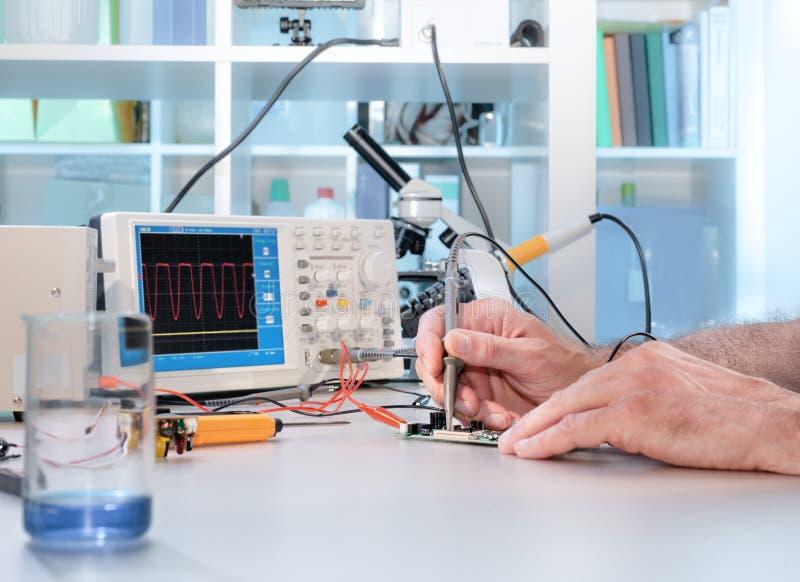 Техник испытывает радиотехническую аппаратуру стоковые фото