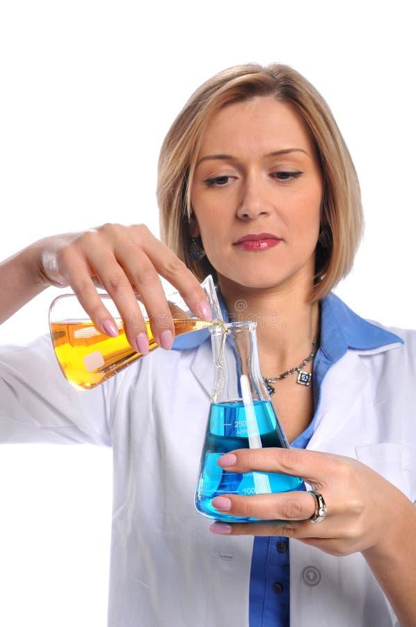 техник лаборатории склянок используя стоковое фото rf