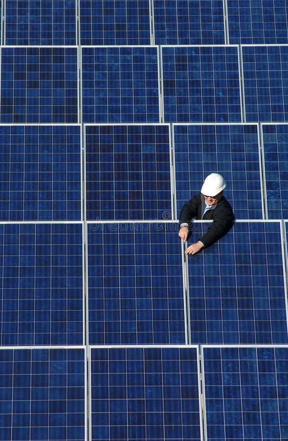 техник панели собрания солнечный стоковое фото rf