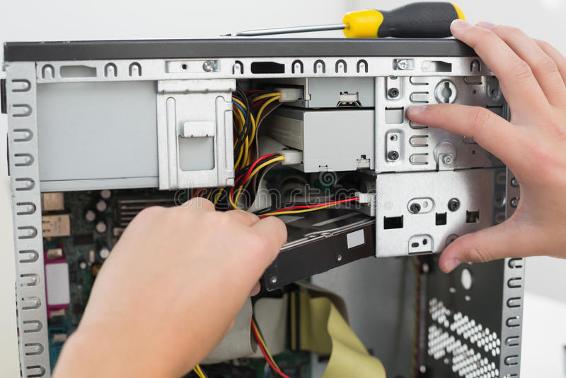 Техник работая на сломленном компьютере стоковое изображение rf