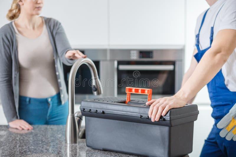 Техник санобработки с черным toolbox стоковая фотография