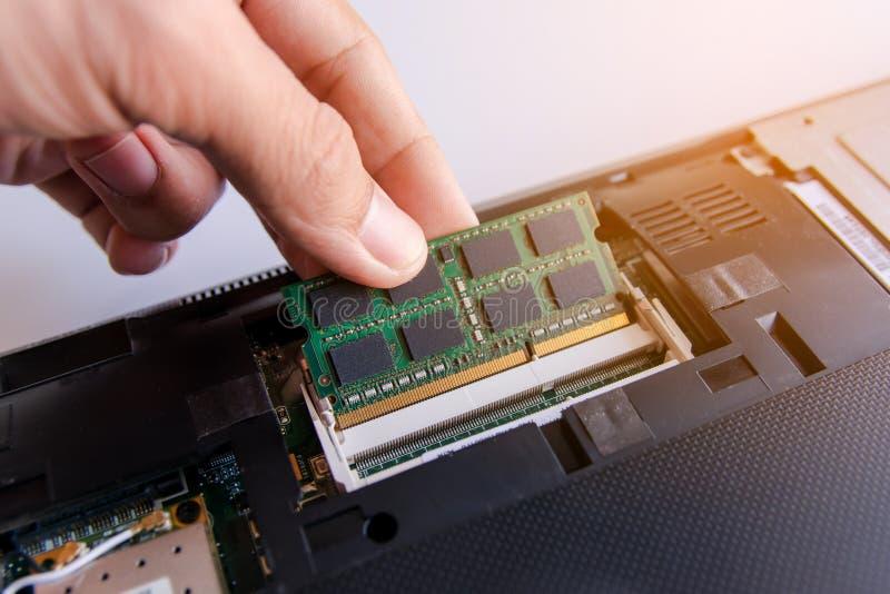 Техник устанавливая ручку RAM (оперативное запоминающее устройство) к гнезду стоковая фотография