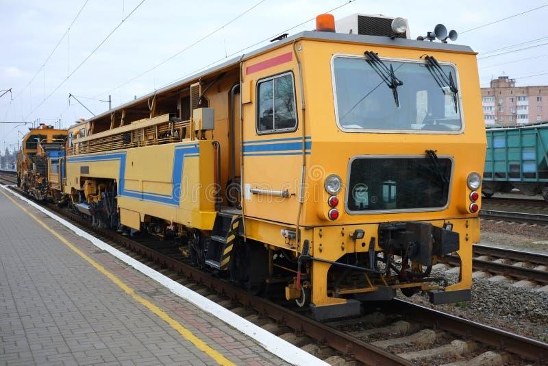 Технический железнодорожный поезд ремонта Взгляд на поезде обслуживания на железнодорожном пути стоковые фотографии rf