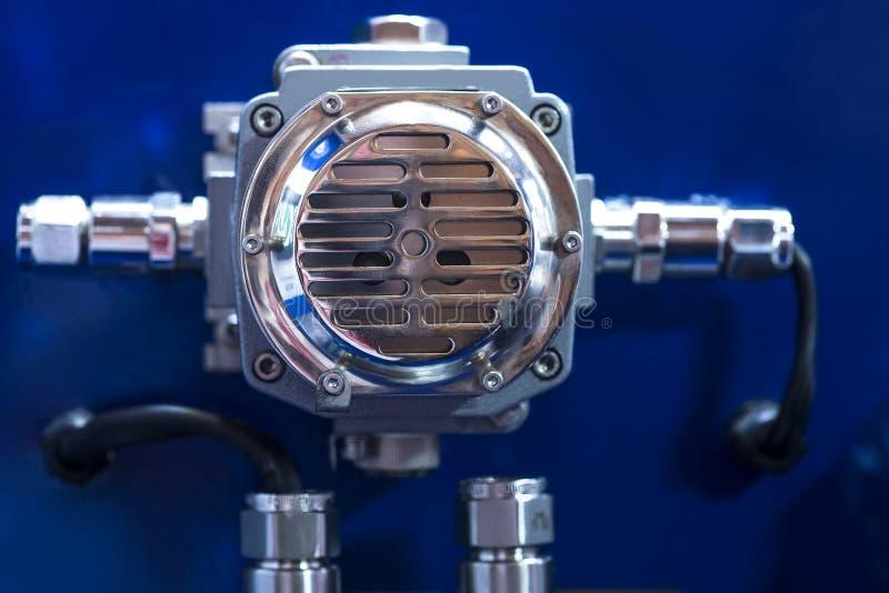 Технический дисплей на пульте управления с приборами шкафом электротехнического оборудования, светом стоковые изображения rf