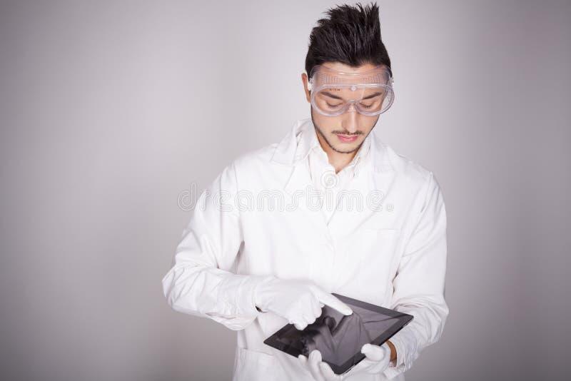 Download Техническое молодого человека электронное Стоковое Фото - изображение насчитывающей книжка, компьютер: 41656256