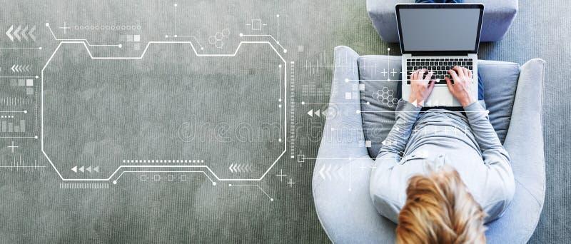 Технологический экран с человеком, использующим ноутбук стоковое фото