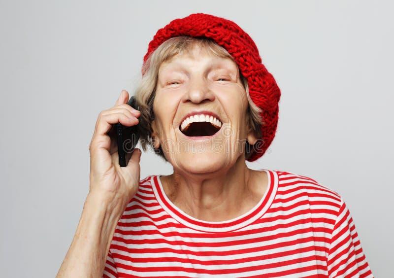 Технология, возраст связи и концепция людей: счастливая старшая женщина с предпосылкой smartphoneover белой стоковые изображения rf