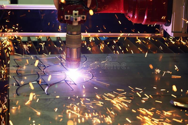 Технология вырезывания лазера или плазмы металлического листа плоского листа стоковое фото rf