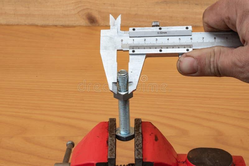 Технология измерения диаметра болта используя крумциркули стоковое изображение rf