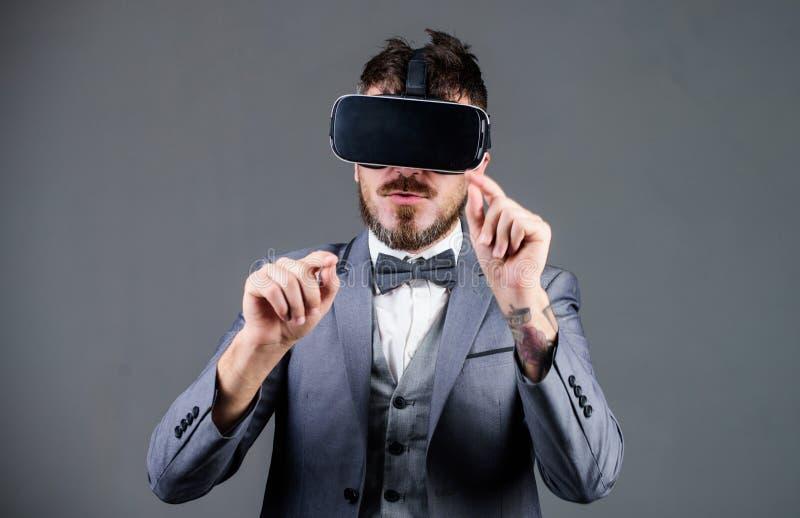 Технология инструмента дела современная Бизнесмен исследует виртуальную реальность Технология для дела Поверхность цифров стоковое фото