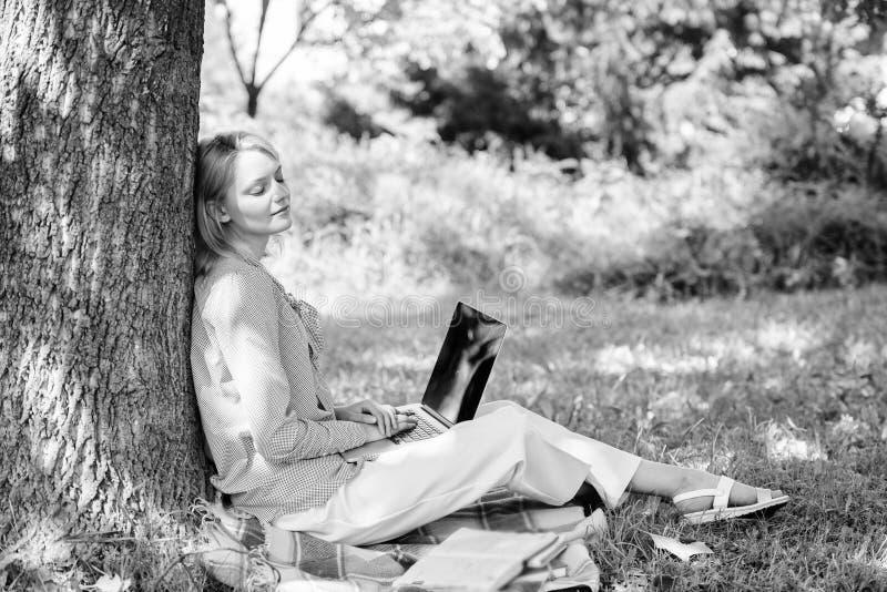 Технология образования и концепция интернета E r Женщина с работой ноутбука стоковые изображения rf