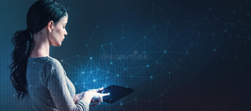 Технология соединяет с решеткой при женщина используя таблетку стоковое изображение