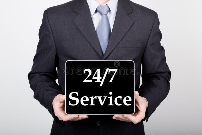 Технология, интернет и сеть в концепции дела - бизнесмен держа ПК таблетки с 24 7 обслуживает знак стоковые изображения