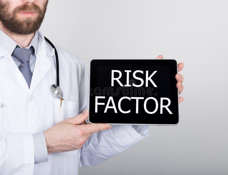 Технология, интернет и сеть в концепции медицины - врачуйте держать ПК таблетки с знаком фактора риска Интернет стоковые изображения