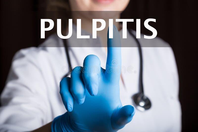 Технология, интернет и сеть в концепции медицины - врач отжимает кнопку pulpitis на виртуальных экранах стоковые фото
