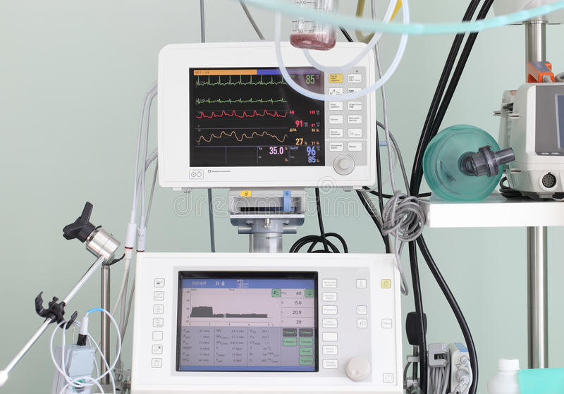 Технология и помощь контроля в современном ICU стоковое изображение rf