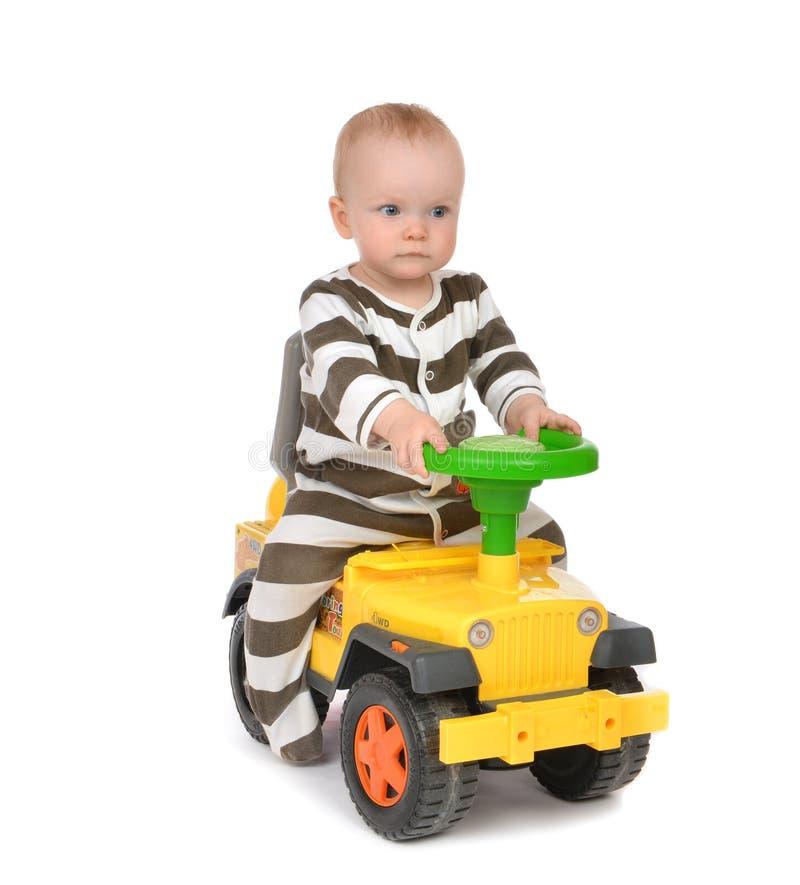 Тележка автомобиля игрушки младенческого малыша ребёнка ребенка счастливая управляя большая стоковое фото rf