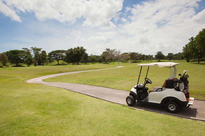 Тележка гольфа на части в поле для гольфа стоковая фотография rf