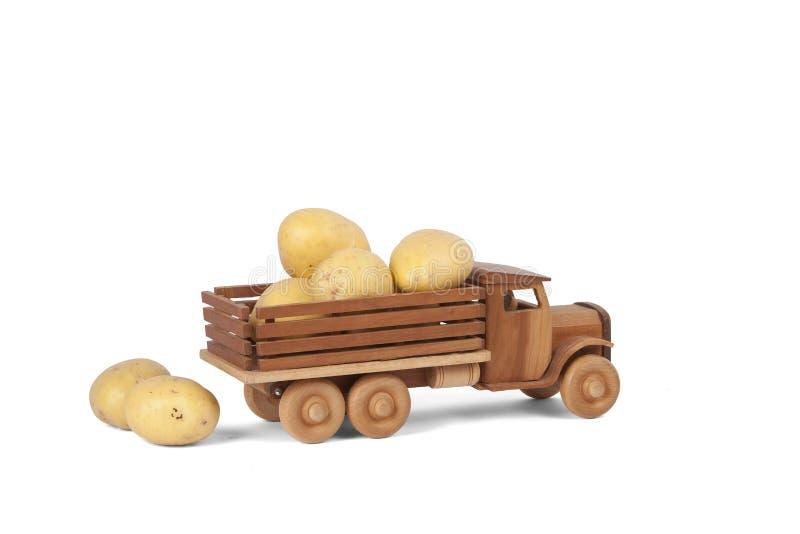 Тележка картошки игрушки деревянная стоковая фотография