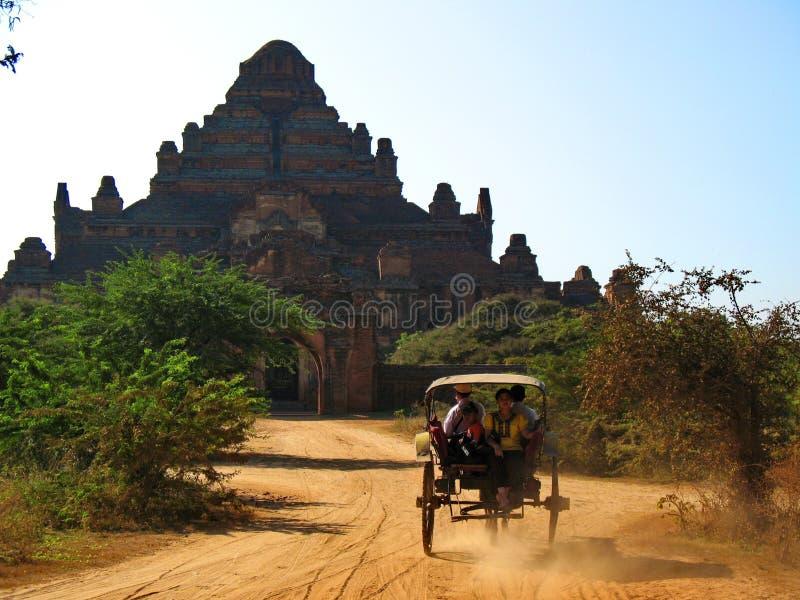 Тележка лошади причаливая виску Dhammayan Gyi в Bagan стоковое фото