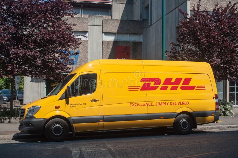 Тележка поставки DHL припаркованная на улице стоковые фотографии rf