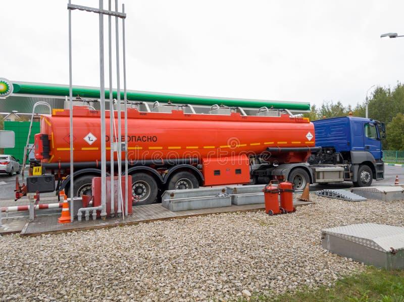 Тележка разгржает нефть на бензоколонке BP на время дня стоковые изображения rf