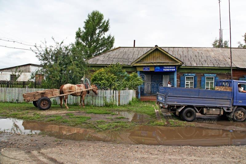 Download Тележка с одной лошадью и старым советским грузовиком припарковала перед Редакционное Стоковое Фото - изображение насчитывающей озеро, столб: 41660773