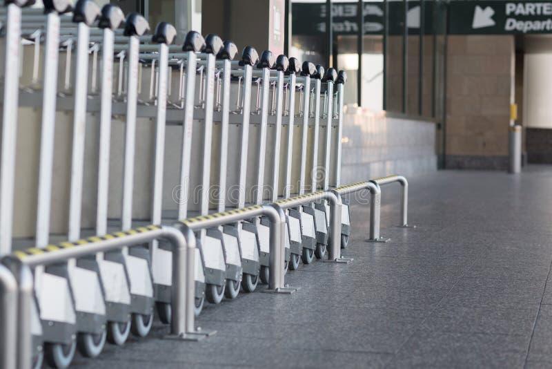 Тележки для того чтобы транспортировать багаж к авиапорту стоковые фото
