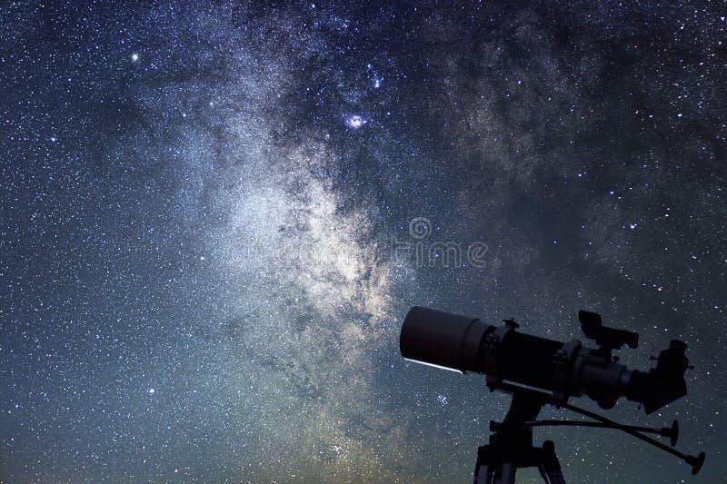 Телескоп в звездной ночи Млечный путь и телескоп astrix стоковая фотография rf