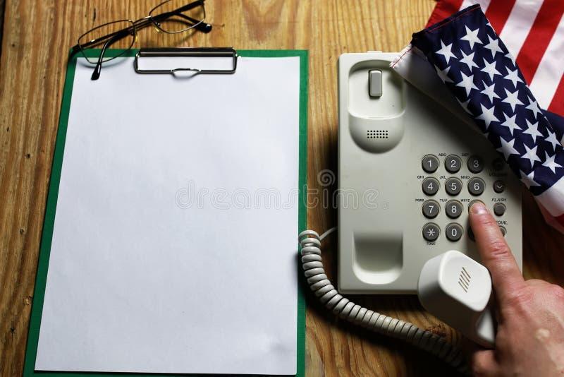 Телефонируйте отечественное на деревянной концепции предпосылки аварийной ситуации 911 стоковое изображение