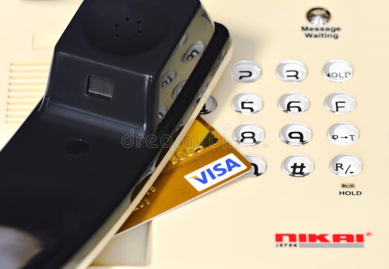 Телефонная трубка на кнопочной панели и кредитная карточка visa стоковые фотографии rf