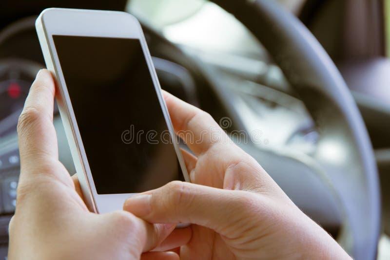 Телефонный звонок в автомобиле стоковое фото rf