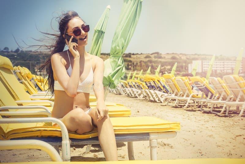 Телефонный звонок на пляже стоковое изображение